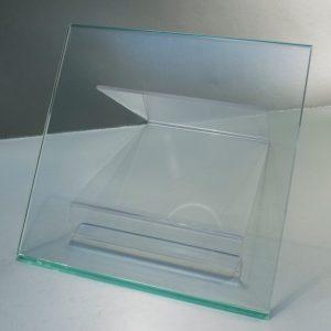 Vidrio Templado Incoloro, coloreado en masa que se ha sometido a un tratamiento térmico especial para aumentar su fuerza y resistencia al impacto